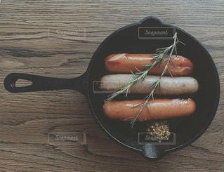 木製のテーブルの上のウインナーの写真・画像素材[2871551]