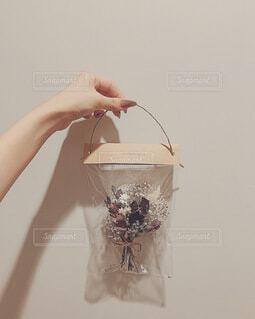 花,秋,屋内,花束,かわいい,ドライフラワー,プレゼント,指,手持ち,人物,壁,人,デザイン,ポートレート,ライフスタイル,手元