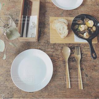 木製のテーブルの上に食べ物の皿の写真・画像素材[3737494]