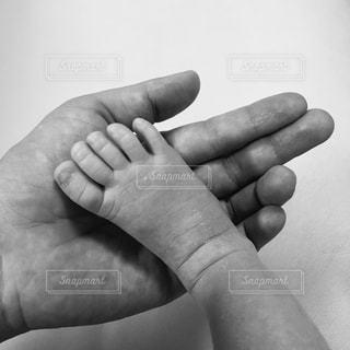 足,モノクロ,手,指,手のひら,小さい,赤ちゃん,フィルム,フィルム写真,つま先,赤ちゃんの足,フィルム風,母の手,フィルムフォト,黒と白