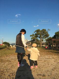 公園に向かう後ろ姿の写真・画像素材[2555391]