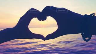 恋人,2人,海,夕暮れ,水面,夕方,ハート,愛,好き,マーク