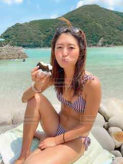 ビーチに座っている女性の写真・画像素材[3671228]