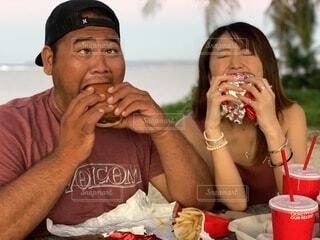 男性,食べ物,ランチ,ビーチ,ハンバーガー,手持ち,人物,人,食べる,グアム,ポートレート,ライフスタイル,手元
