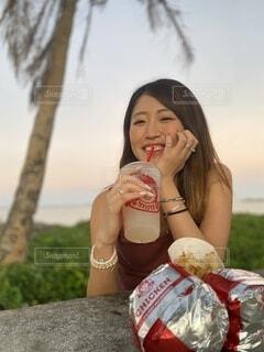 食べ物,風景,ランチ,屋外,ハンバーガー,手持ち,人物,人,ごはん,ポートレート,ドリンク,ライフスタイル,手元,ソフトド リンク