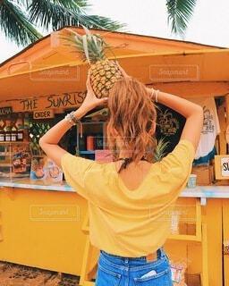 女性,カフェ,風景,空,海外,かわいい,黄色,オレンジ,手持ち,人物,人,旅行,パイナップル,ハワイ,ポートレート,ライフスタイル,ハレイワ,手元,フォトジェニック