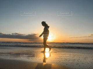 男性,自然,空,屋外,太陽,朝日,ビーチ,夕暮れ,水面,シルエット,人,正月,お正月,日の出,新年,初日の出