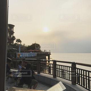 海を見下ろすベンチに座っている人の写真・画像素材[2330351]