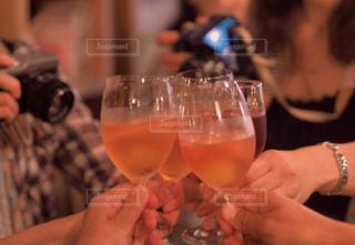 飲み物,屋内,ガラス,人物,人,イベント,ワイン,グラス,カクテル,乾杯,ドリンク,パーティー,アルコール,打ち上げ,手元,飲料,打上げ