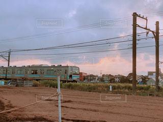 電車が走る夕方の写真・画像素材[2473445]