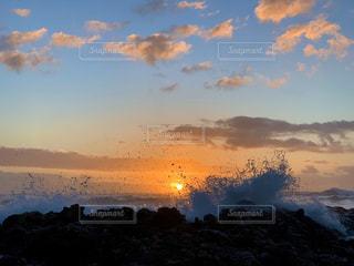 夕暮れ時の空の雲の群れの写真・画像素材[2876878]