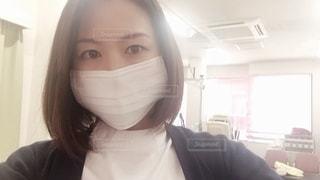 マスクをする女性の写真・画像素材[2695569]