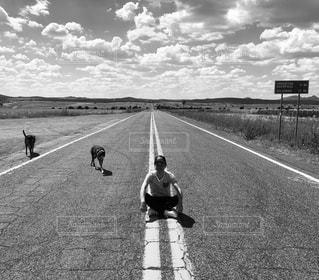 道路の脇を歩く人々のグループの写真・画像素材[2352542]