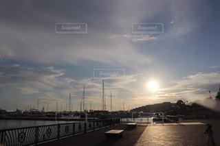 日没のヨットハーバーの写真・画像素材[2435960]