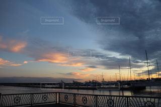 日没間際のヨットハーバーの写真・画像素材[2435965]