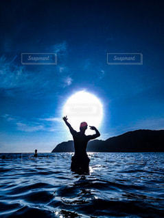 水域の隣に立っている男の写真・画像素材[2331444]