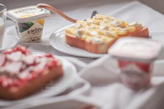 食パンにチーズムースと果物のせただけ♪オシャレでエネルギッシュな簡単朝食🍞🍓🍍♡の写真・画像素材[4257840]