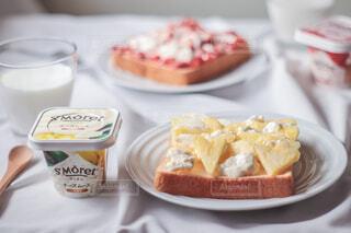 食パンにチーズムースと果物のせただけ♪簡単朝食🍞🍓🍍♡の写真・画像素材[4257843]