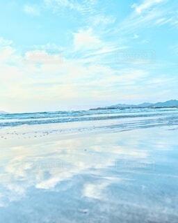 青空のリフレクション海辺💙🤍の写真・画像素材[4310475]