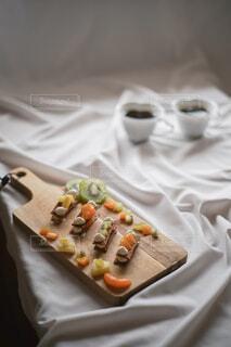 パスタシートを200℃で10分程焼き生クリームとフルーツで挟んだ簡単スイーツ♡♡♡の写真・画像素材[4742743]