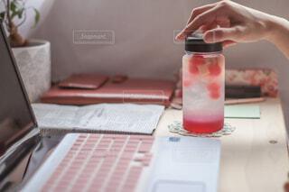 リモートワークの休憩は特製マイボトルフルーツ入りシソドリンク♪の写真・画像素材[4770117]