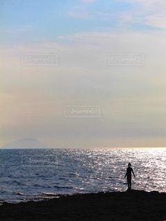 海と男性のシルエットの写真・画像素材[2329408]