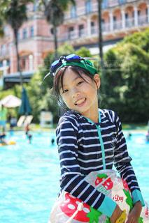 プールで笑顔の女の子の写真・画像素材[2329432]