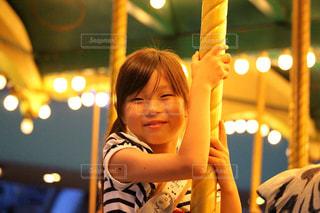 遊園地で笑顔の女の子の写真・画像素材[2329441]