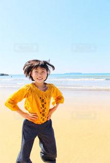 青い海と元気な少女の写真・画像素材[2332671]