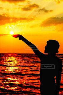 手のひらに輝く太陽の写真・画像素材[2338626]