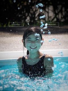 プールで笑顔の女の子の写真・画像素材[2340429]