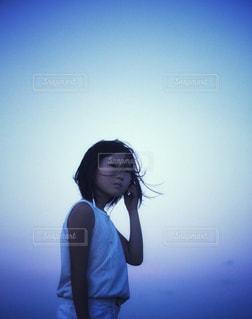 白コーデファッションで音楽を聴く女の子の写真・画像素材[2358643]