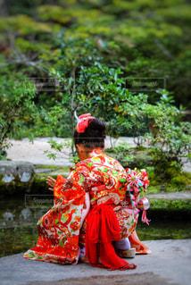 着物を着た女の子の後ろ姿の写真・画像素材[2397534]