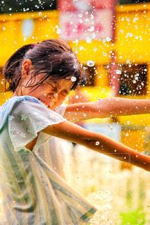 水玉を浴びる(?)少女の写真・画像素材[2477898]