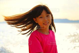 長い髪の少女の写真・画像素材[2503490]