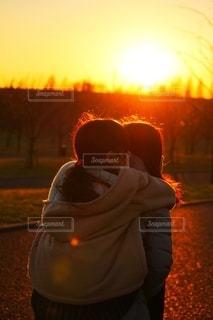 夕日を浴びる姉妹の写真・画像素材[2531625]