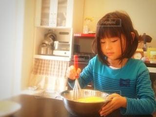 キッチンに立つ女の子の写真・画像素材[2675850]
