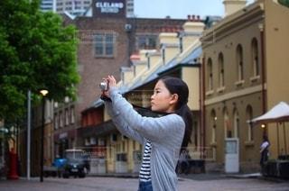 写真を撮る長袖コーデの女の子の写真・画像素材[2696750]
