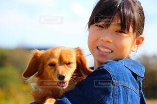 わんこと女の子のツーショットの写真・画像素材[2710673]