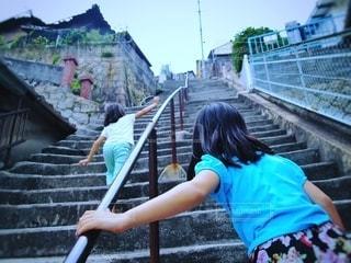 階段をのぼる女の子の写真・画像素材[2740517]