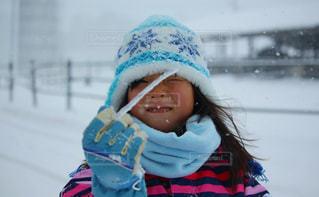 子ども,アウトドア,冬,スポーツ,雪,屋外,氷,女の子,少女,人物,人,ニット帽,寒い,手袋,ゲレンデ,レジャー,冷たい,つらら,表情,スノーウェア