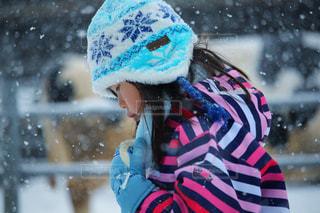 雪の中を進む女の子の写真・画像素材[2964694]