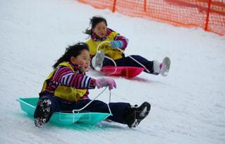 子ども,2人,アウトドア,冬,スポーツ,雪,屋外,女の子,少女,レース,人物,人,ゲレンデ,レジャー,姉妹,スノーウェア,そり,ライバル