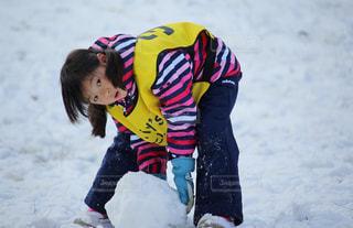 子ども,アウトドア,冬,スポーツ,雪,屋外,女の子,人物,雪遊び,人,雪だるま,手袋,ゲレンデ,レジャー,表情,スノーウェア