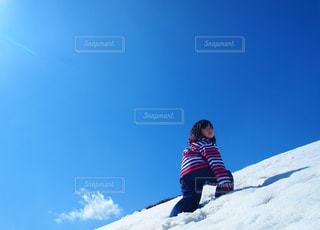 子ども,風景,アウトドア,空,冬,スポーツ,雪,屋外,青,山,丘,人物,人,寒い,ゲレンデ,レジャー,冷たい,斜面,スノーウェア