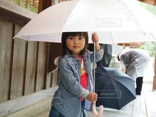 傘を持った女の子の写真・画像素材[3676260]