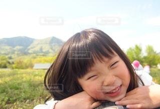 笑顔の小さな女の子の写真・画像素材[3676365]