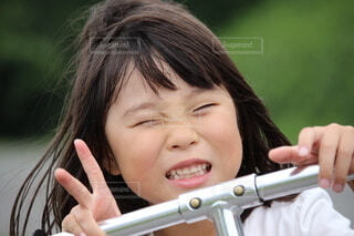 Vサインの女の子の写真・画像素材[3865623]