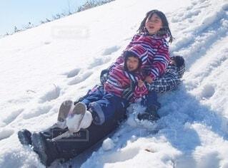 パパで雪そり遊びの写真・画像素材[4146578]
