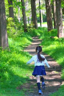 新緑を駆ける女の子の写真・画像素材[4410658]